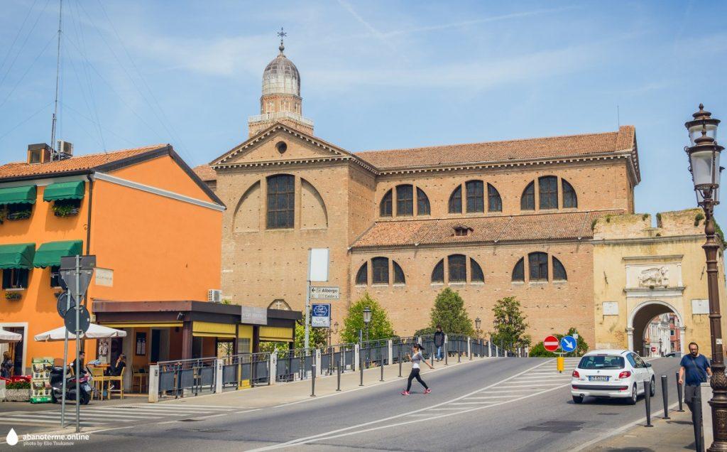 Кьоджа Италия Достопримечательности Собор Санта Мария Ассунта Арка